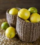 Panier des citrons et des chaux Image stock