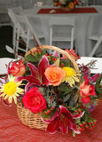 Panier des fleurs Photos stock