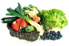 Panier des fruits frais et des légumes sur un fond blanc photographie stock libre de droits