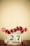 Panier des oeufs et des fleurs de pâques sur la table en bois Images libres de droits