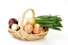 Panier des oignons Photo stock