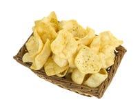 Panier des pommes chips chevronnées de jalapeno Images libres de droits