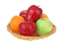 Panier des pommes et des oranges Photographie stock libre de droits