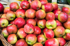 Panier des pommes rouges et vertes Image stock
