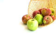 Panier des pommes vertes et rouges Images libres de droits