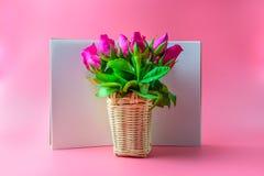Panier des roses roses décoratives avec le bloc-notes vide sur la vue supérieure f Image libre de droits