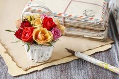 Panier des roses et des lettres colorées de vintage Images stock