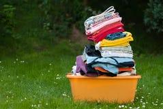 Panier des vêtements à l'extérieur Photographie stock