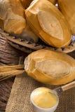 Panier du ` de pain français de `, pain brésilien traditionnel avec du beurre sur le fond en bois Photographie stock libre de droits