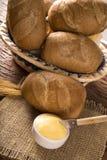 Panier du ` de pain français de `, pain brésilien traditionnel avec du beurre sur le fond en bois Photo stock