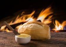 Panier du ` de pain français de `, pain brésilien traditionnel avec le fond du feu Photographie stock