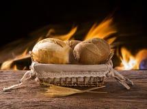 Panier du ` de pain français de `, pain brésilien traditionnel avec le fond du feu Photos stock