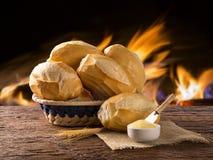 Panier du ` de pain français de `, pain brésilien traditionnel avec le fond du feu Photo libre de droits