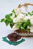 Panier du lilas blanc avec la dentelle avec du chocolat de guimauve Images stock