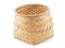 Panier en bambou d'isolement avec le fond blanc Image libre de droits