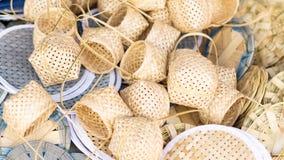 Panier en bambou sur le marché en plein air images stock