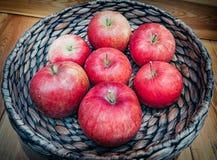 Panier en bois avec de grandes pommes rouges image stock