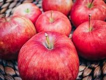 Panier en bois avec de grandes pommes rouges Macro tir Photo libre de droits