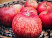 Panier en bois avec de grandes pommes rouges Macro tir Photos stock