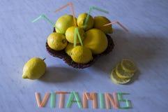 Panier en bois avec des citrons et des pamplemousses Photographie stock