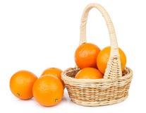 Panier en osier avec des mandarines d'isolement sur le blanc Image libre de droits
