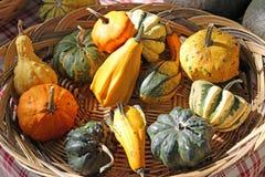 panier en osier avec des potirons pour la partie de Halloween Photos libres de droits