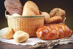 Panier en osier avec l'assortiment du pain cuit au four Images libres de droits