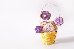 Panier en osier avec les biscuits savoureux de Pâques sur la table de cuisine Photos stock