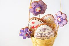 Panier en osier avec les biscuits savoureux de Pâques sur la table de cuisine Photo stock