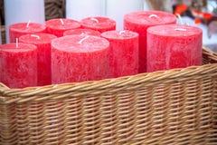 Panier en osier avec les bougies rondes rouges Image libre de droits
