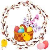 Panier en osier avec les oeufs peints, le bouquet de ressort et les poulets jaunes dans un cadre rond de saule fleurissant illustration libre de droits