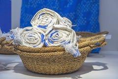 Panier en osier avec les serviettes de toile en petits pains images libres de droits