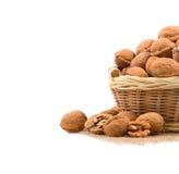 Panier en osier complètement des noix Photos libres de droits