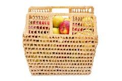 Panier en osier complètement des pommes colorées Photo libre de droits