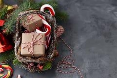 Panier en osier de Noël avec des cadeaux ou des boîtes actuelles Photo stock