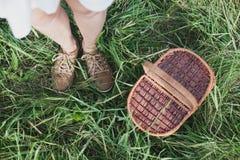 Panier en osier de pique-nique sur la vue aérienne d'herbe fraîche d'été Concept de repos de week-end Image libre de droits