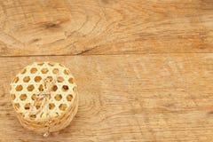 Panier en osier fait main sur en bois Photographie stock