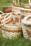 Panier en osier sur l'herbe verte Images libres de droits