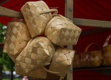 Panier en osier traditionnel fait en métier beige de couleur de paille de lumière d'écorce de bouleau Images libres de droits