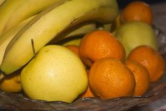 Panier en verre des fruits frais Image stock