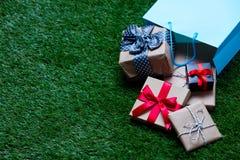 Panier et cadeaux images stock