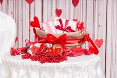 Panier et disposition de jour de valentines sur le Tableau Photos stock