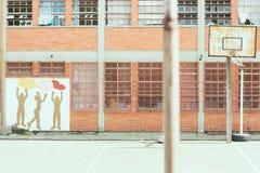 Panier et graffiti abandonnés de cour d'école image libre de droits