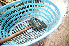 Panier et les outils de pêche image stock