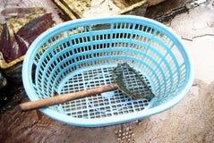 Panier et les outils de pêche photographie stock libre de droits