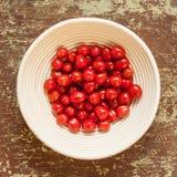Panier mauvais avec les tomates-cerises sélectionnées fraîches photo libre de droits