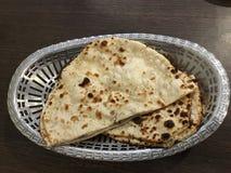 Panier naan indien de pain photographie stock libre de droits