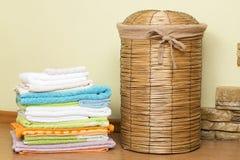 Panier pour la blanchisserie dans la salle de bains photo stock
