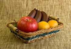 Panier rempli de fruit Photographie stock libre de droits