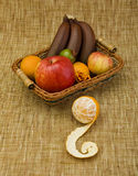 Panier rempli de fruit Images libres de droits